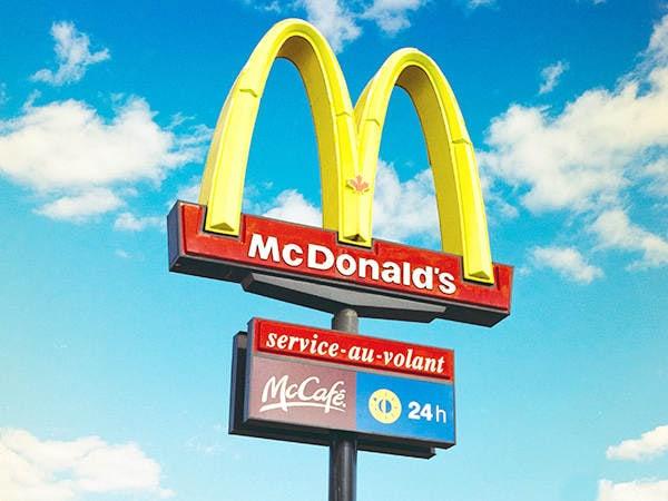 Le polycarbonate est plus résistant que le PMMA, le PETG et d'autres plastiques. De plus, il offre une excellente adhérence de l'encre pour les applications. UVPLASTIC a fabriqué de nombreux panneaux et logos pour les entreprises automobiles, les entreprises de fast-food et les entreprises de cosmétiques.