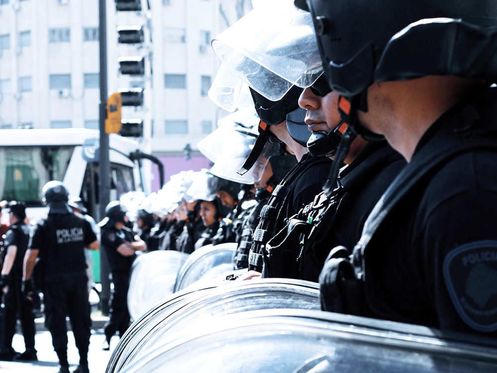 Des policiers avec le bouclier antiémeute