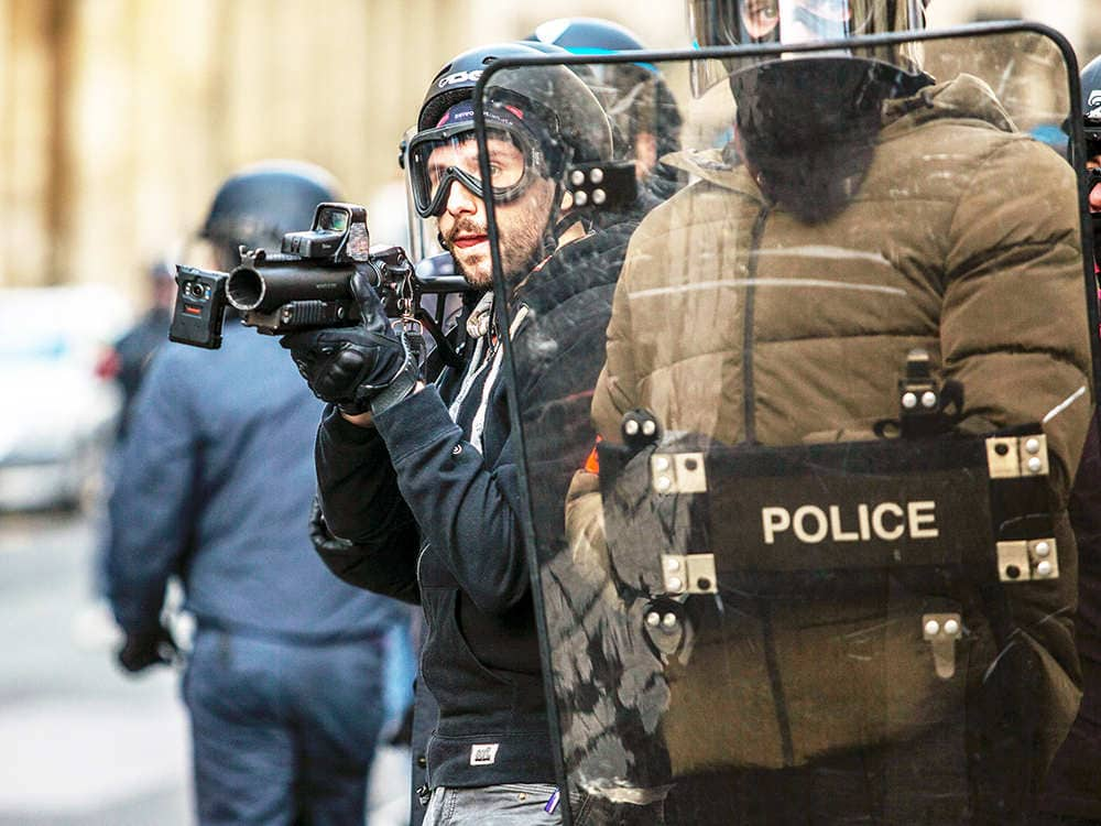 Deux policiers avec le bouclier antiémeute pendant un contrôle d'émeute