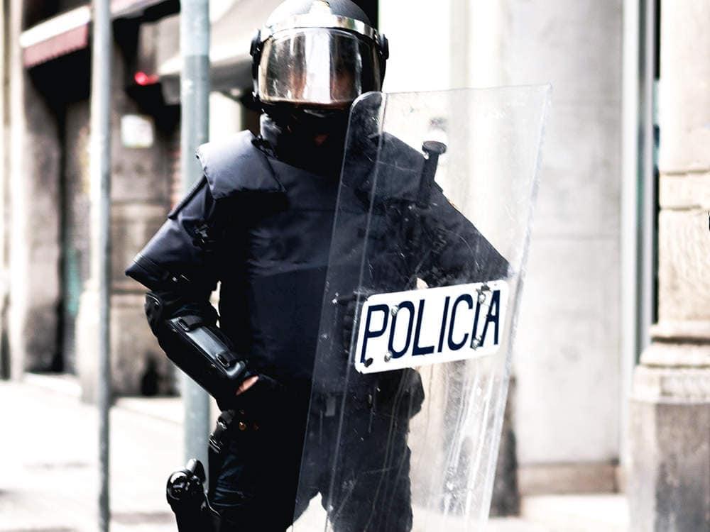 Deux policiers utilisent le bouclier antiémeute pour le contrôle d'émeute