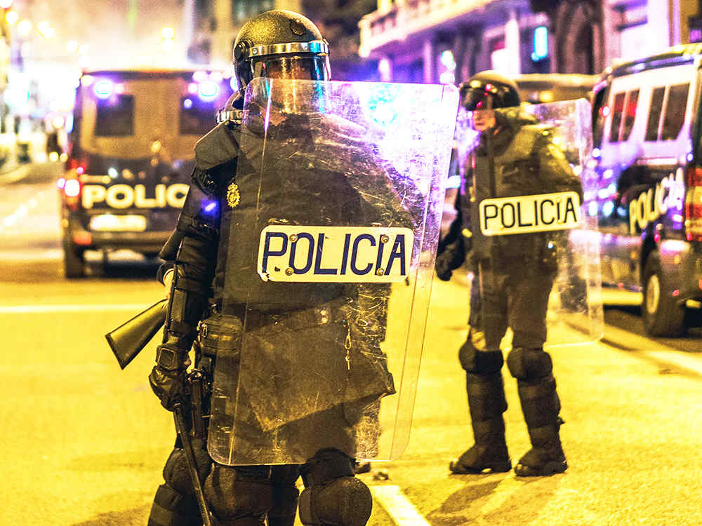 Deux policiers utilisent le bouclier antiémeute UVPLASTIC en France
